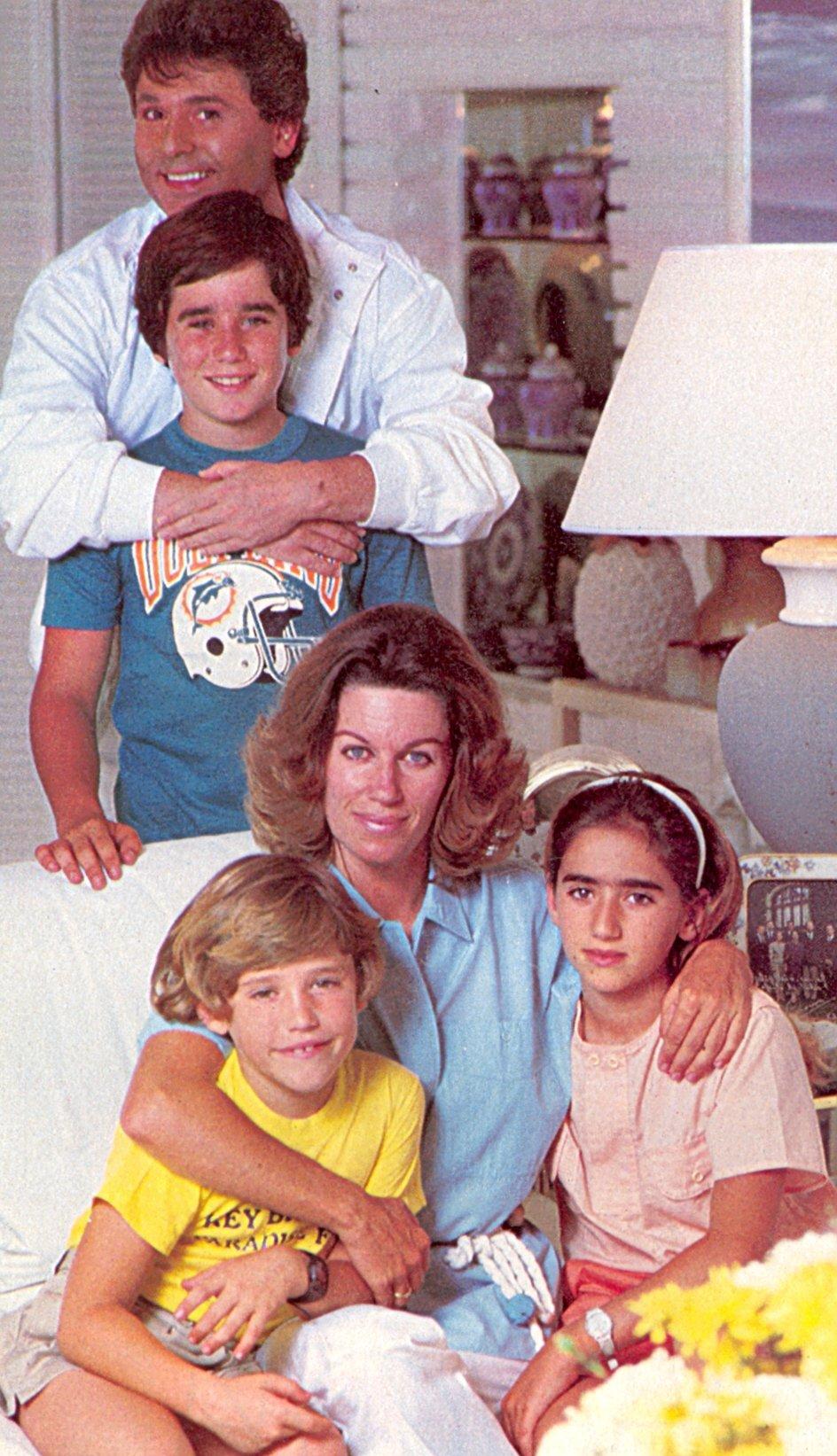 Мигель его жена и дети фото